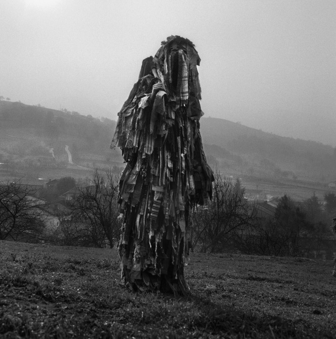 The character of the Trapajeros is characterized by a dressing with strips of old clothes, a mask on the face and a stick on which strips of rags are hung. In the past, these rags were used to spread mud on young women, representing a fertility ritual. La Vijanera festival, Silio, Spain, 2017. Copyright © 2020 Yannick Cormier.